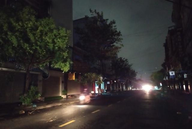 Thành phố Đà Nẵng tan hoang sau bão số 9 - Ảnh 9.
