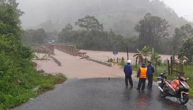 Nhiều nơi sạt lở nặng do mưa lũ - Ảnh 5.