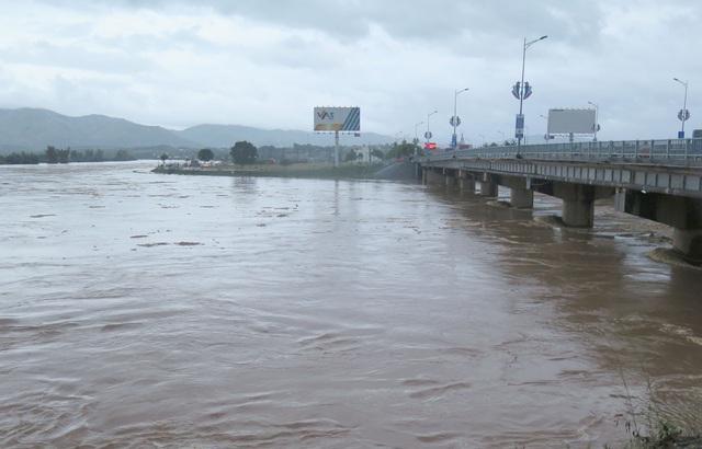 Nhiều nơi sạt lở nặng do mưa lũ - Ảnh 3.