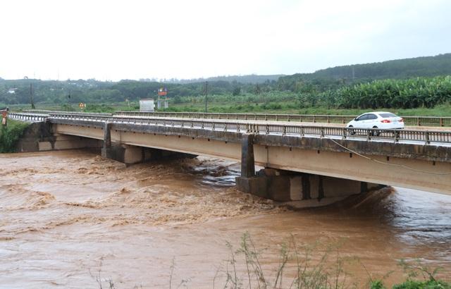 Nhiều nơi sạt lở nặng do mưa lũ - Ảnh 4.