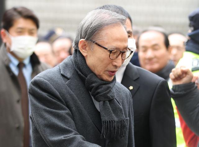 Giữ nguyên bản án 17 năm tù đối với cựu Tổng thống Hàn Quốc Lee Myung-bak - ảnh 1