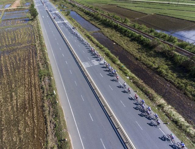 ẢNH: Những khoảnh khắc ấn tượng chặng 6 Giải xe đạp VTV Cúp Tôn Hoa Sen 2020 - Ảnh 7.