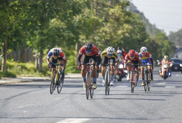 ẢNH: Những khoảnh khắc ấn tượng chặng 6 Giải xe đạp VTV Cúp Tôn Hoa Sen 2020 - Ảnh 1.