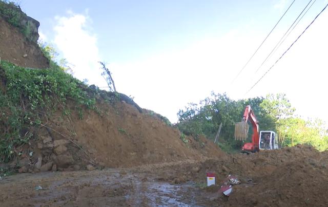 Mất điện, khối lượng đất đá lớn cản trở cứu hộ vụ sạt lở ở Quảng Nam - Ảnh 1.