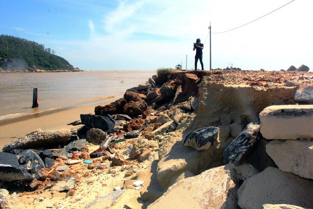 Kè biển gần 80 tỷ đồng hư hỏng nặng do bão số 9 - Ảnh 1.