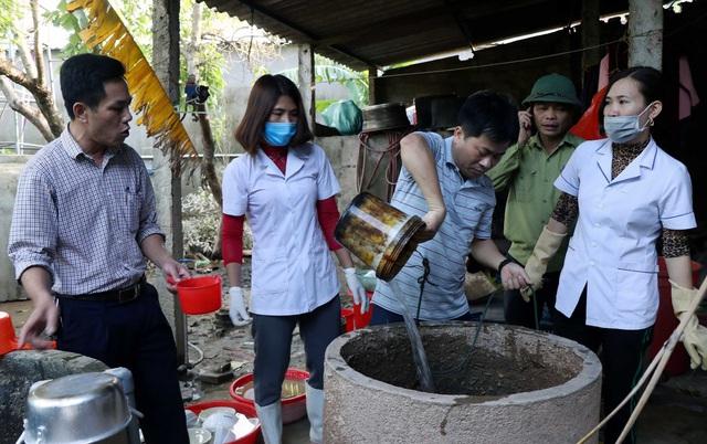 Nước lũ rút, côn trùng, rắn rết bò khắp nơi trong trường học, trạm y tế - Ảnh 1.