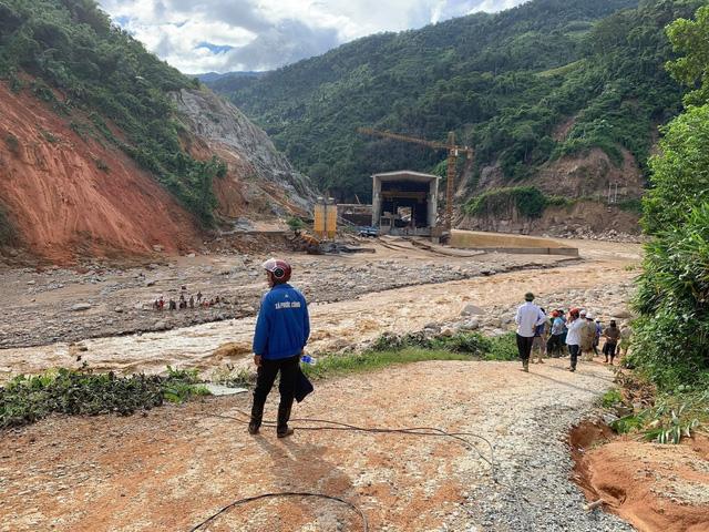 Sạt lở tại Phước Sơn, Quảng Nam: Tìm được 5 thi thể, vẫn còn 13 người mất tích - Ảnh 2.