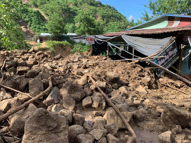 Kinh hoàng sạt lở đất liên tiếp trong 1 ngày ở Quảng Nam - Ảnh 1.