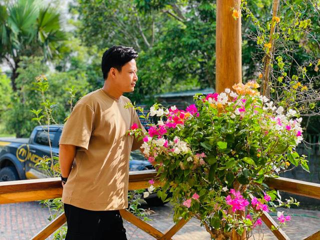 Thoát vẻ bảnh bao, Hồng Đăng trở về làm anh thợ chăm vườn - Ảnh 1.