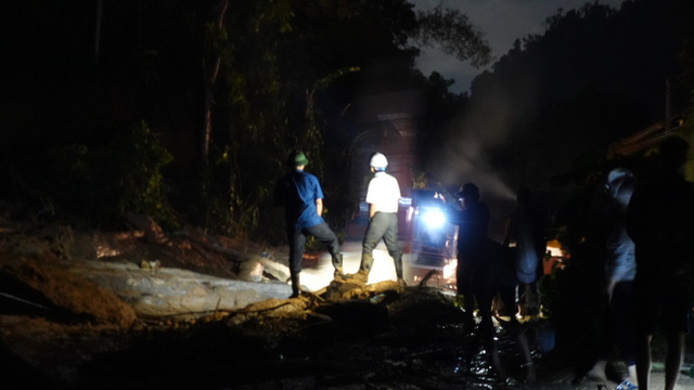 Sạt lở đất ở Quảng Nam: Nước lũ ầm ầm đổ xuống, dân làng chạy không kịp - Ảnh 1.