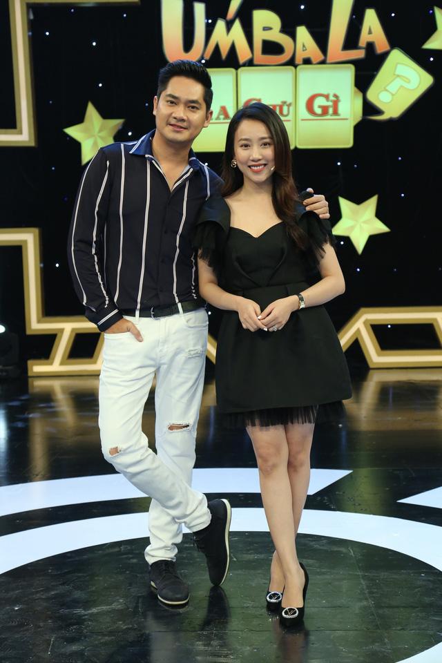 """Úm ba la ra chữ gì: Hà Trí Quang chơi gameshow """"lầy lội"""" đến bung cúc quần - Ảnh 2."""