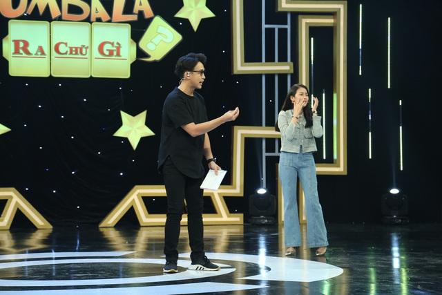 """Úm ba la ra chữ gì: Hà Trí Quang chơi gameshow """"lầy lội"""" đến bung cúc quần - Ảnh 3."""