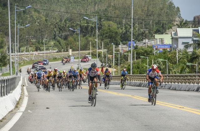 ẢNH: Những khoảnh khắc ấn tượng chặng 7 Giải xe đạp VTV Cúp Tôn Hoa Sen 2020 - Ảnh 1.