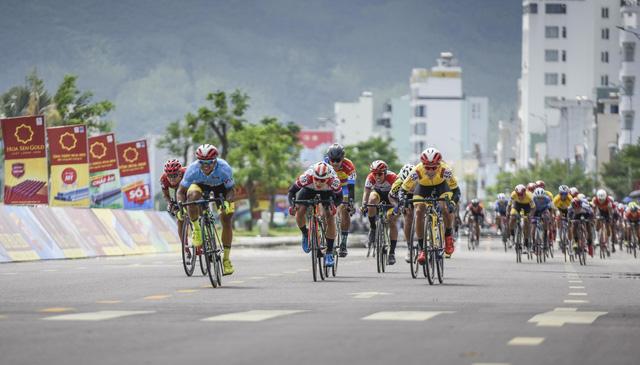 ẢNH: Những khoảnh khắc ấn tượng chặng 7 Giải xe đạp VTV Cúp Tôn Hoa Sen 2020 - Ảnh 15.