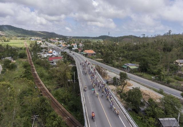 ẢNH: Những khoảnh khắc ấn tượng chặng 7 Giải xe đạp VTV Cúp Tôn Hoa Sen 2020 - Ảnh 10.