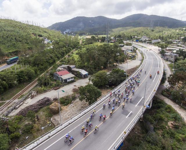 ẢNH: Những khoảnh khắc ấn tượng chặng 7 Giải xe đạp VTV Cúp Tôn Hoa Sen 2020 - Ảnh 9.