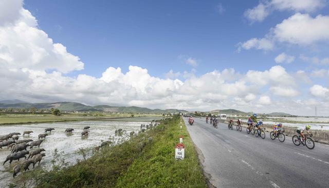 ẢNH: Những khoảnh khắc ấn tượng chặng 7 Giải xe đạp VTV Cúp Tôn Hoa Sen 2020 - Ảnh 12.