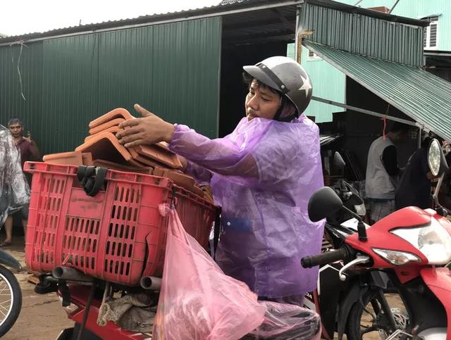Sau bão, hàng ngàn người Quảng Ngãi chen lấn đi mua ngói - ảnh 3