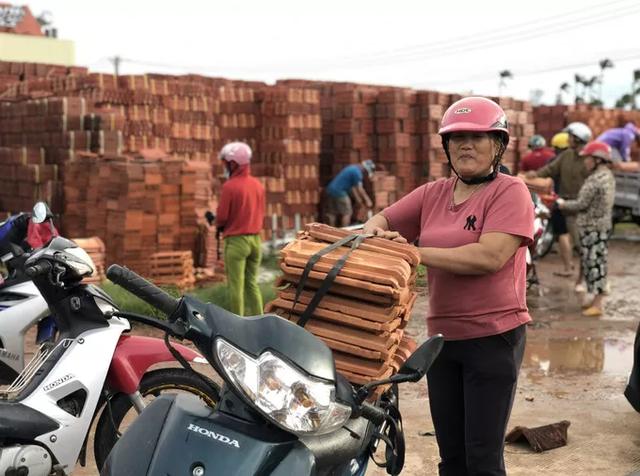 Sau bão, hàng ngàn người Quảng Ngãi chen lấn đi mua ngói - ảnh 4