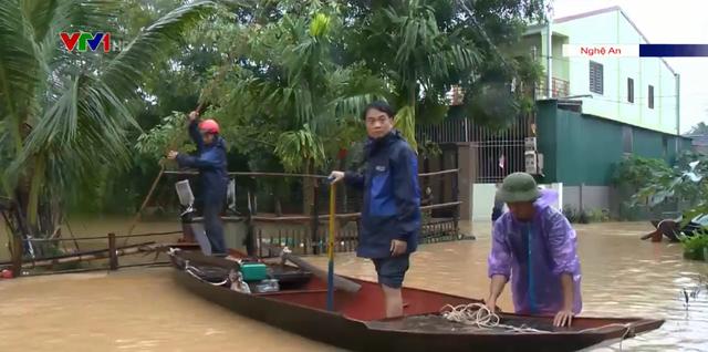 Thanh Chương (Nghệ An) ngập sâu, người dân phải dùng thuyền để di chuyển - Ảnh 2.