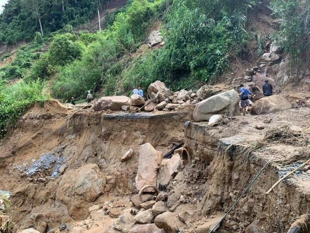 Vụ sạt lở ở Phước Sơn: Lương thực ở 2 xã bị cô lập đã cạn, công tác cứu nạn nguy hiểm - Ảnh 1.