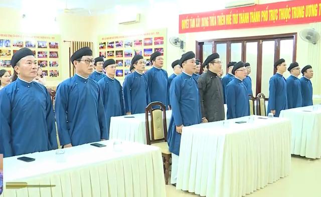 Nam công chức Huế diện áo dài đến công sở - Ảnh 1.