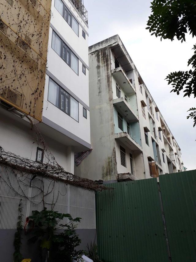 Bắt đầu phá dỡ chung cư nghiêng 45 cm ở TP.HCM - Ảnh 1.
