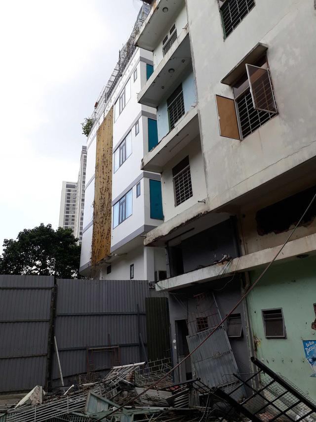 Bắt đầu phá dỡ chung cư nghiêng 45 cm ở TP.HCM - Ảnh 2.