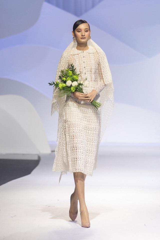 Lê Thúy trở lại sàn diễn sau 2 năm, Lynk Lee diện váy xẻ ngực - Ảnh 4.