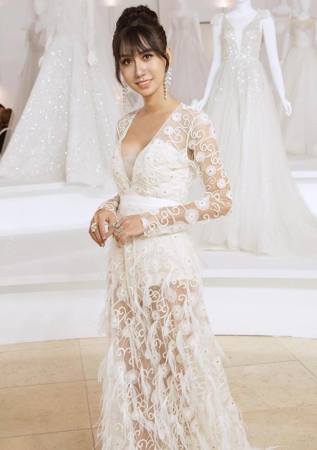 Lê Thúy trở lại sàn diễn sau 2 năm, Lynk Lee diện váy xẻ ngực - Ảnh 2.