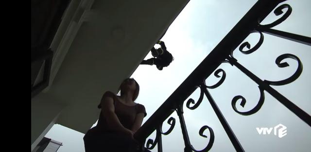 Lửa ấm - Tập 5: Đội trưởng Minh (NSƯT Quốc Thái) đu người từ trên cao để ngăn người phụ nữ tự tử - Ảnh 8.