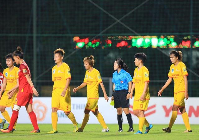 Bỏ thi đấu phản đối trọng tài, Phong Phú Hà Nam nhận án phạt nặng: Xử thua 0-3, phạt 50 triệu đồng, cấm HLV trưởng... - Ảnh 2.