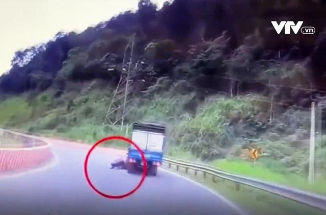 Phóng nhanh vào cua tốc độ cao, phượt thủ phi thẳng vào xe tải ngược chiều - Ảnh 1.