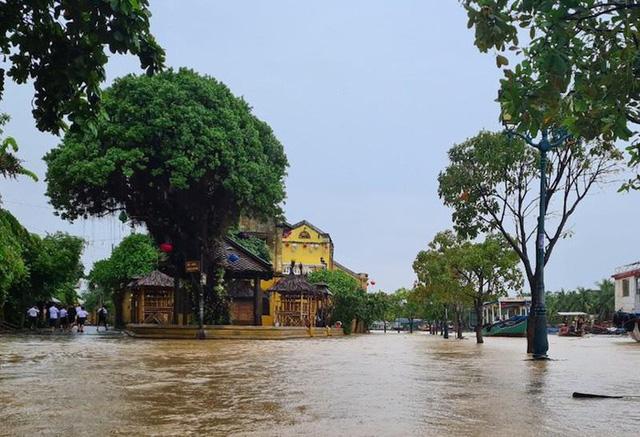 Mưa lớn, phố cổ Hội An ngập trong biển nước - Ảnh 2.