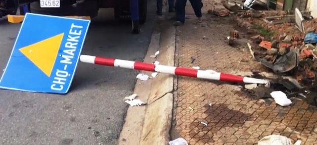 Ăn trộm trót lọt, đang tẩu thoát thì xe mất lái, tông thẳng vào cột điện - Ảnh 2.