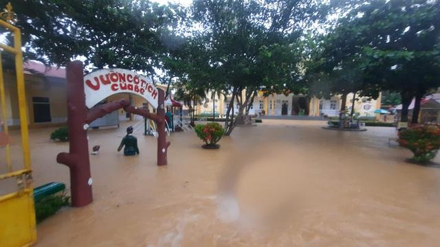 Mưa lũ nhấn chìm nhiều khu vực tại Quảng Trị - Ảnh 8.