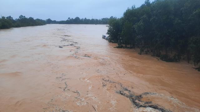 Mưa lũ nhấn chìm nhiều khu vực tại Quảng Trị - Ảnh 4.