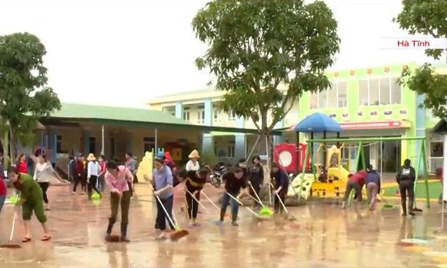 Nước lũ rút, côn trùng, rắn rết bò khắp nơi trong trường học, trạm y tế - Ảnh 2.
