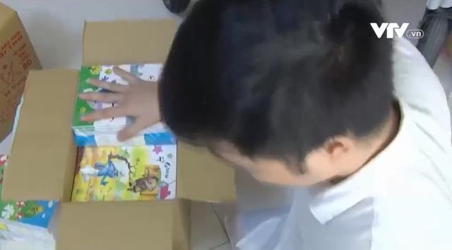 Chàng trai khuyết tật tặng hàng nghìn quyển vở cho các em nhỏ miền Trung - Ảnh 1.