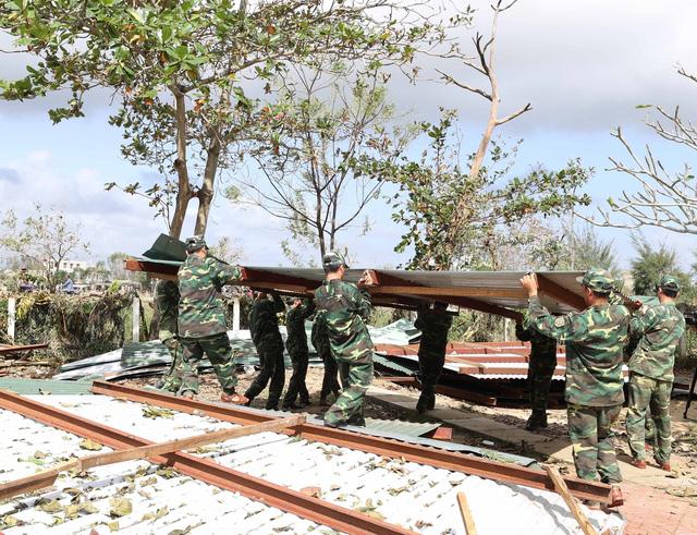 Thủ tướng đến thăm các gia đình bị thiệt hại nặng do bão số 9 - Ảnh 1.