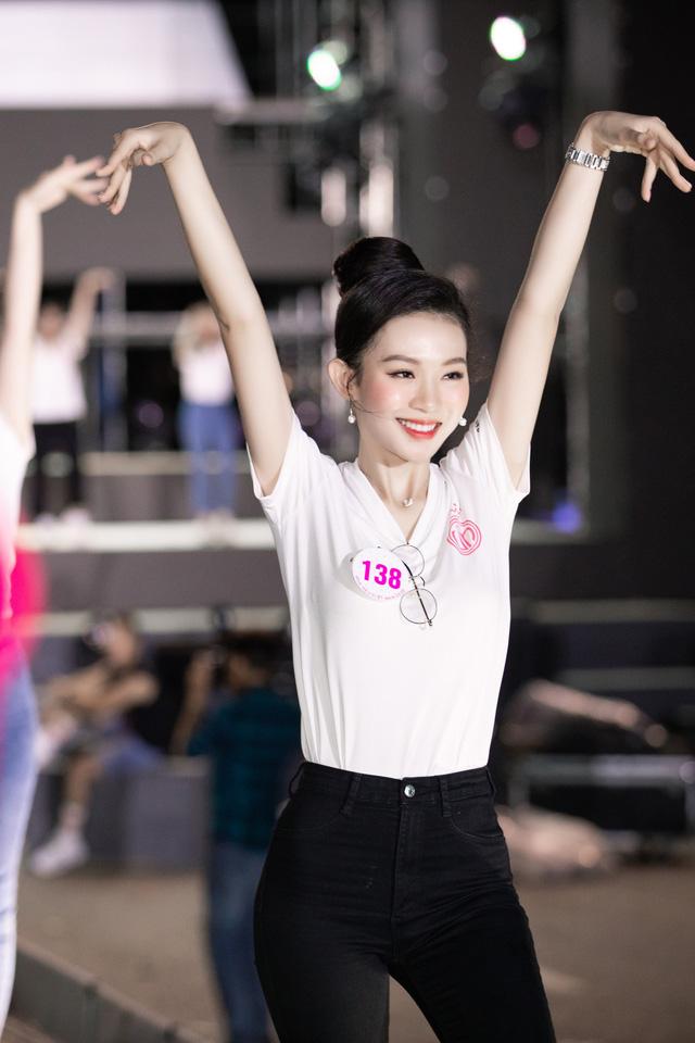 Hoa hậu Đỗ Mỹ Linh, Tiểu Vy để mặt mộc tổng duyệt đêm thi Người đẹp thời trang - Ảnh 2.