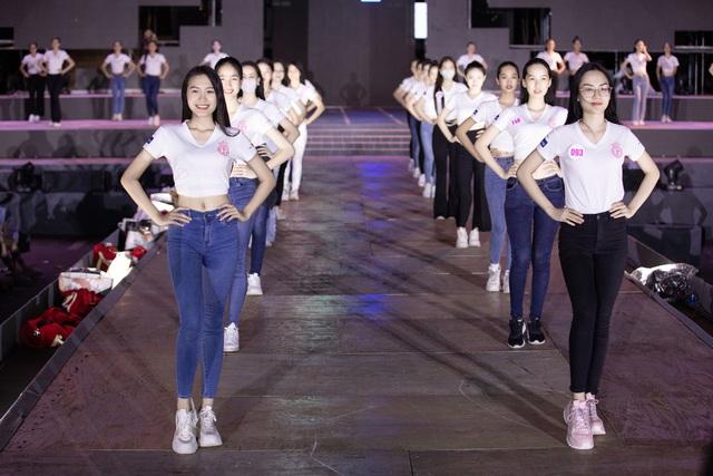 Hoa hậu Đỗ Mỹ Linh, Tiểu Vy để mặt mộc tổng duyệt đêm thi Người đẹp thời trang - Ảnh 3.
