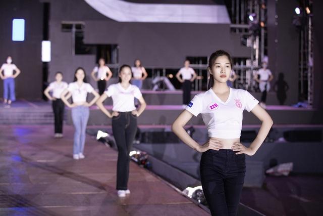 Hoa hậu Đỗ Mỹ Linh, Tiểu Vy để mặt mộc tổng duyệt đêm thi Người đẹp thời trang - Ảnh 1.