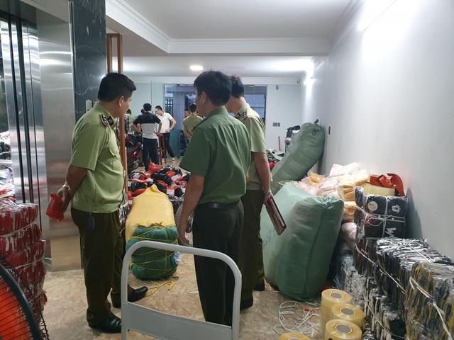 Phát hiện kho hàng thời trang nhập lậu cực lớn tại Quảng Ninh - Ảnh 1.