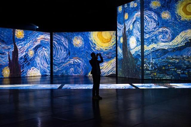"""""""Đắm mình"""" trong nghệ thuật tại triển lãm điện tử Van Gogh - ảnh 1"""