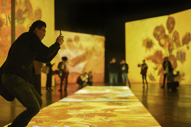 """""""Đắm mình"""" trong nghệ thuật tại triển lãm điện tử Van Gogh - ảnh 2"""