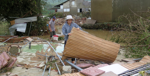 Nhiều nơi ở Phú Yên, Bình Định bị chia cắt do ngập lụt - Ảnh 1.