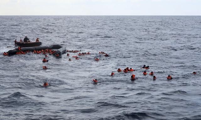 Hàng trăm người di cư thiệt mạng trên biển Địa Trung Hải trong 3 ngày qua - Ảnh 2.