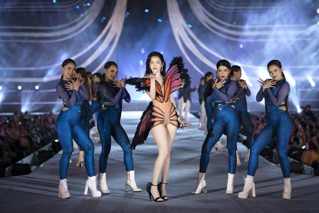 Chi Pu diện váy táo bạo trên sân khấu Hoa hậu Việt Nam 2020 - Ảnh 2.