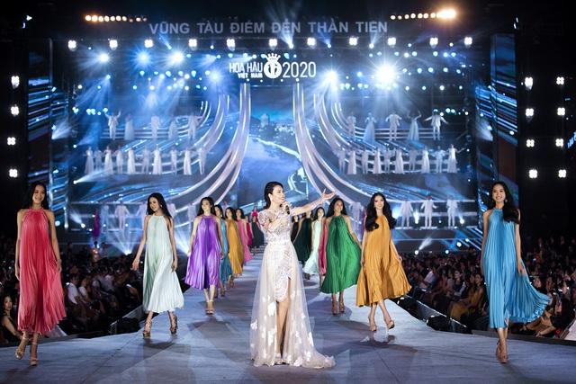 Chi Pu diện váy táo bạo trên sân khấu Hoa hậu Việt Nam 2020 - Ảnh 10.
